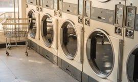 Machines de blanchisserie dans la laverie automatique publique photo libre de droits