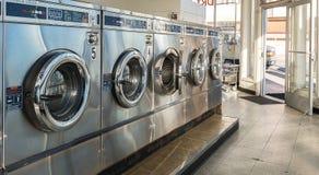 Machines de blanchisserie dans la laverie automatique publique photo stock
