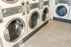 Machines de blanchisserie dans la laverie automatique publique photographie stock libre de droits