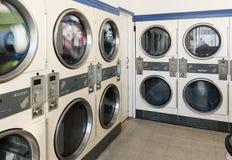 Machines de blanchisserie dans la laverie automatique publique photos libres de droits