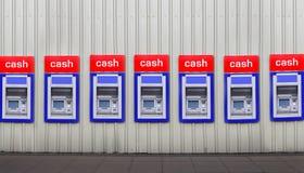 Machines de côté d'argent comptant dans le mur Photos stock