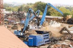 Machines de chantier de ferraille dans l'action Photos stock