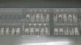 Machines de conditionnement automatiques pour l'ampoule médicale banque de vidéos