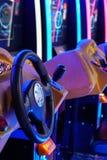 Machines de conduite aux jeux électroniques dans la zone de divertissement au centre commercial images libres de droits