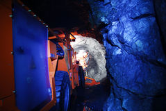 Machines de mine dans le tunnel de mine   Image stock