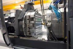 Machines de moulage par injection dans une grande usine photos stock