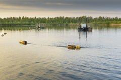 Machines de nettoyage dans l'étang Photographie stock libre de droits