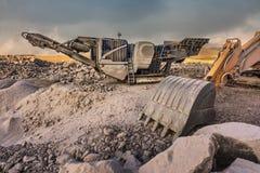 Machines die steen en graniet voor zijn transformatie halen en grint de verwerken te creëren, bestemden hoofdzakelijk voor constr royalty-vrije stock foto's