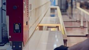 Machines in een meubilair productiefaciliteit stock video