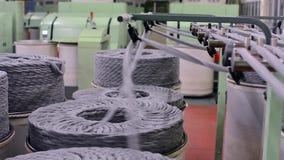 Machines en materiaal in de workshop binnenland van industriële textielfabriek stock videobeelden