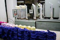 Machines en materiaal in een het spinnen binnenlands ontwerp van het productiebedrijf Textielstof royalty-vrije stock fotografie