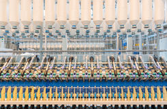 Machines en materiaalbinnenland van textielfabriek Royalty-vrije Stock Foto's