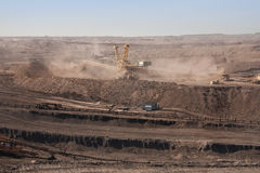 Machines extractives dans la mine à ciel ouvert photographie stock
