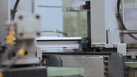 Machines faisant le PVC sur l'usine de fenêtre banque de vidéos