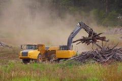 Machines industrielles dégageant la terre Photo stock
