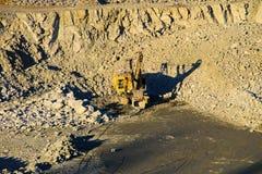 Machines lourdes dans une carrière de granit Images libres de droits