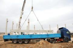 Machines lourdes soulevant un pilier concret Photos libres de droits