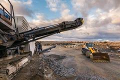 Machines om de steen in grint om te zetten om wegen aan te leggen royalty-vrije stock afbeelding