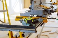 Machines-outils de chantier de construction coupant utilisant la scie circulaire Menuiserie fonctionnante d'?quipement photographie stock libre de droits