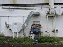 Machines van een verlaten die fabriek, delen van de industrie aan het klimaat worden blootgesteld royalty-vrije stock foto
