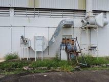 Machines van een verlaten die fabriek, delen van de industrie aan het klimaat worden blootgesteld royalty-vrije stock foto's