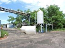 Machines van een verlaten die fabriek, delen van de industrie aan het klimaat worden blootgesteld stock fotografie
