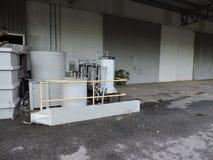 Machines van een verlaten die fabriek, delen van de industrie aan het klimaat worden blootgesteld stock afbeelding