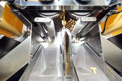 Machinevervaardiging van gelatinecapsules Bevestiging van de machineman Productie van capsules voor tabletten Stock Foto's