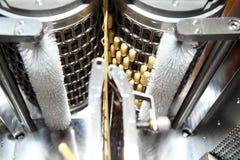 Machinevervaardiging van gelatinecapsules Bevestiging van de machineman Productie van capsules voor tabletten Stock Fotografie