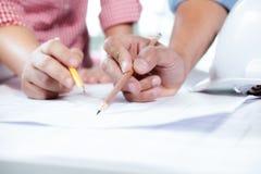 Machinez la réunion pour le fonctionnement de projet architectural avec l'associé photos libres de droits