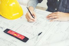 Machinez la réunion pour le projet architectural et le fonctionnement avec la partie images stock