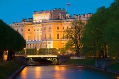 Machinez le château de Mikhailovsky et la rivière de Moika au crépuscule de mai St Petersburg, Russie Photo stock