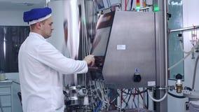 Machinez le matériel informatique industriel de contrôle à l'usine pharmaceutique banque de vidéos