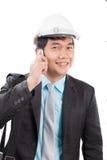 Machinez le talkin d'homme au téléphone portable et le sourire avec l'emoti heureux Photo libre de droits