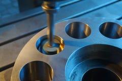 Machining wewnętrzna dziura na równorzędnej szlifierskiej maszynie z iskrami w przemysłowej roślinie, Zdjęcia Royalty Free