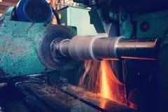 Machining wewnętrzna dziura na równorzędnej szlifierskiej maszynie z iskrami w przemysłowej roślinie, Fotografia Stock