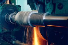 Machining wewnętrzna dziura na równorzędnej szlifierskiej maszynie z iskrami w przemysłowej roślinie, Fotografia Royalty Free