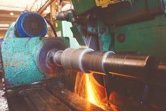 Machining wewnętrzna dziura na równorzędnej szlifierskiej maszynie z iskrami w przemysłowej roślinie, Obraz Stock
