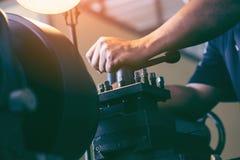 Machiniste professionnel : machine de meulage fonctionnante de tour d'homme photographie stock