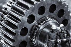 Machinists, inżyniery z gigantyczną cogwheels maszynerią zdjęcie royalty free