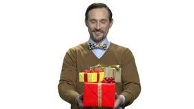 Machista-hombre hermoso que da las cajas de regalo almacen de video