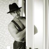 Machista muscular en un sombrero de fieltro Fotografía de archivo