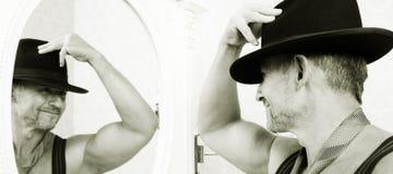 Machista muscular en un sombrero de fieltro Imagen de archivo