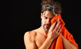 Macho atrakcyjny nagi faceta czerni tło Obsługuje brodatego kudłacącego włosy zakrywającego z pianą lub mydli suds Myje daleko pi obraz stock