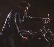 Macho, brutalny rowerzysta w skórzana kurtka jeździeckim motocyklu przy nighttime, kopii przestrzeń Mężczyzna z brodą, rowerzysta obraz stock