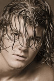 Macho com cabelo longo e estrondos Imagens de Stock Royalty Free