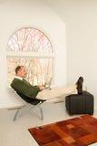Macho com o portátil no escritório home imagens de stock royalty free