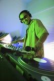 Macho DJ com mão no registro. Fotos de Stock Royalty Free