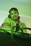 Macho DJ com mãos na plataforma giratória. fotos de stock