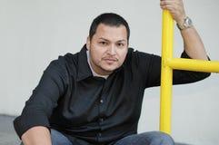 Macho do Latino em um ajuste urbano Fotografia de Stock Royalty Free